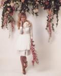 תמונה של עבודות מורים - כלה על רקע פרחים לבן