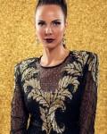 תמונה של קמפיין- דוגמנית בשמלה שחורה משובצת פאייטים