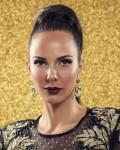 תמונה של קמפיין- דוגמנית על רקע זהב