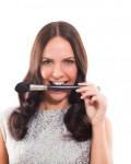 תמונה של קמפיין- דוגמנית עם מברשת איפור
