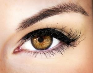 איפור לעיניים חומות בגוון ענבר
