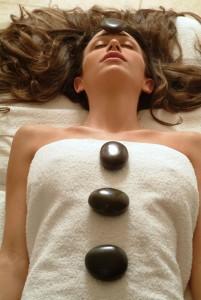 טיפול באבנים חמות בספא שיזן