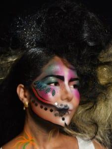 תמונה של ציור פנים עם אבנים משובצות