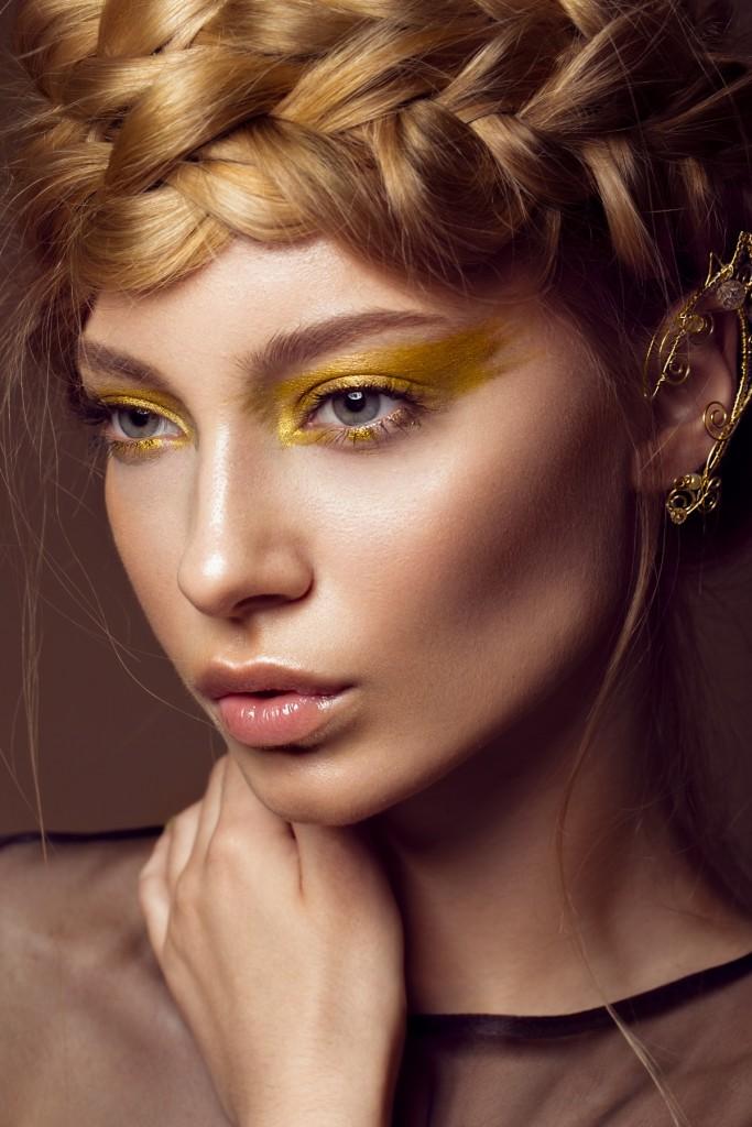 איפור עיניים עם צללית זהב אסימטרית