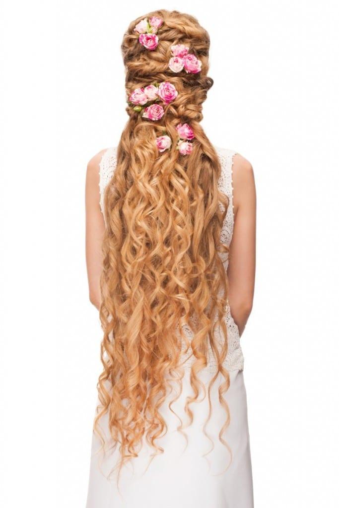 עיצוב שיער לכלות מתולתלות עם אביזרים בשיער