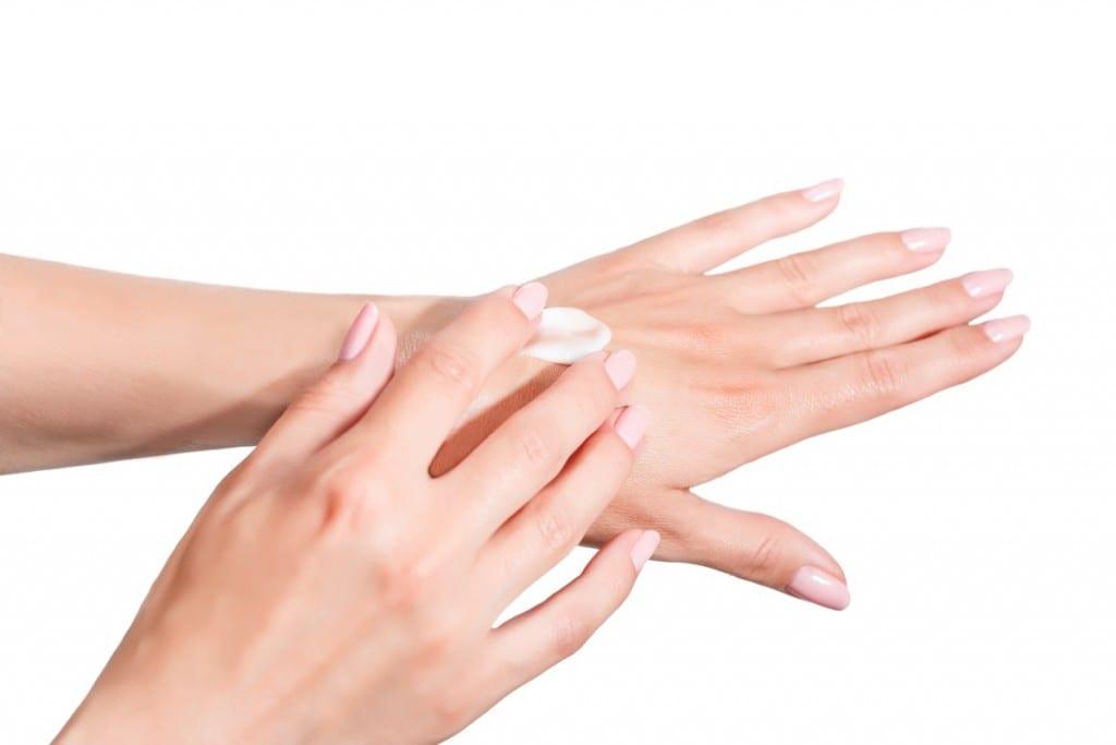מריחת קרם ידיים. מומלץ למרוח מספר פעמים ביום, בייחוד לאחר שימוש מרובה במים.