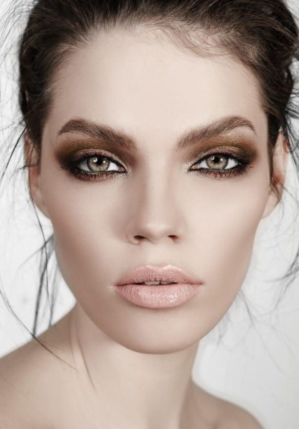 איפור עיניים מעושן בגוונים של ברונזה וסגול חציל