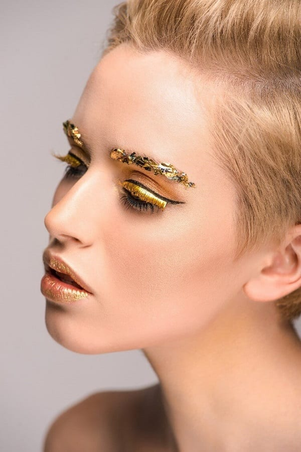 שימוש באיפור בגוון נצנצים לעיניים
