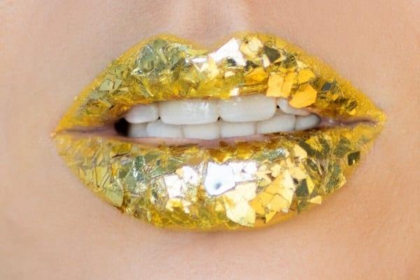 איפור ועיצוב שפתיים עם מדבקות נצנצים