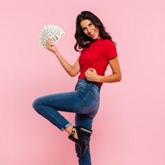 אישה עם כסף ביד