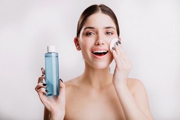 שימוש קבוע בחלב ומי פנים חשוב לעור הפנים. created by lookstudio - www.freepik.com