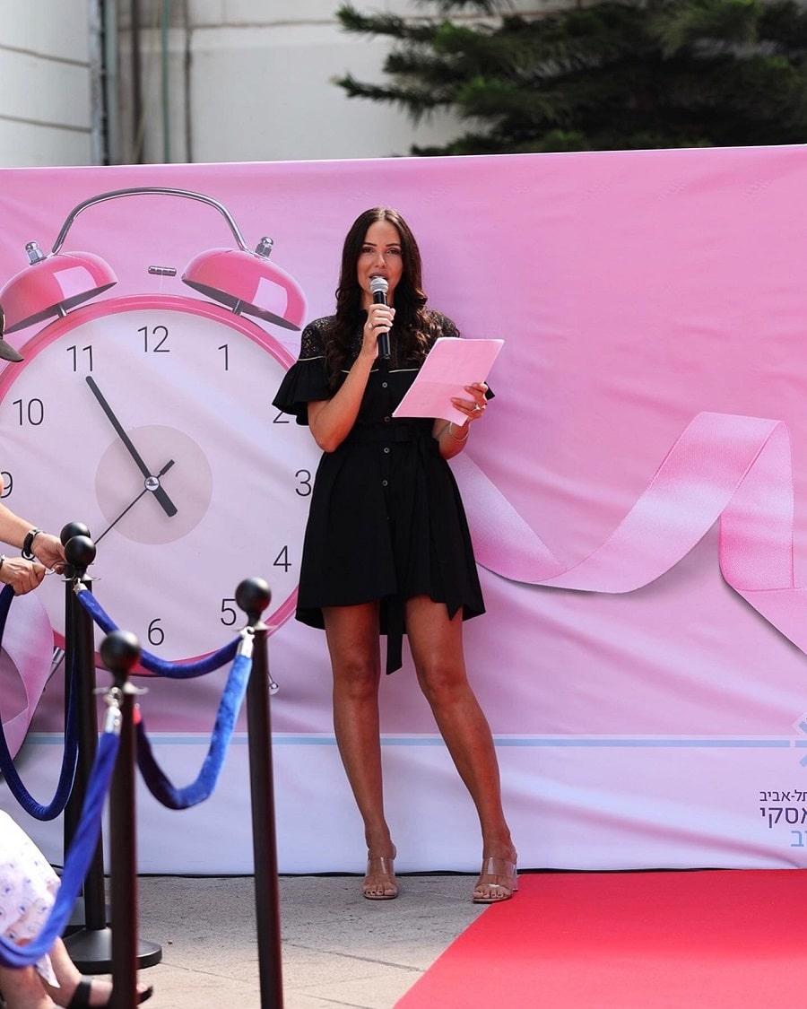 רוית אסף מנחה את תצוגת האופנה בבית חולים איכילוב